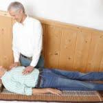 Uwe Karstädt bei der Behandlung eines Patienten